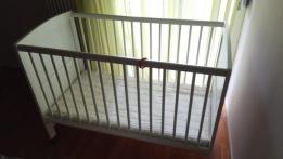 Αλλαξιέρα και βρεφικό κρεββάτι